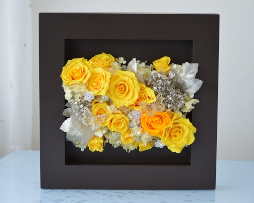 黒のモダンフレームに黄色系のプリザーブドフラワーのバラをアレンジした壁掛けです。イエローカラーの壁掛けは元気を与えてくれます。