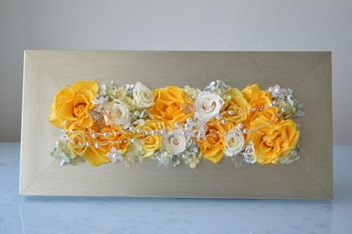 黄色と白色のプリザーブドフラワーのバラを長方形のモダンフレームにアレンジ
