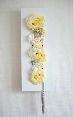 淡い黄色系のプリザーブドフラワーのバラを白い長方形のモダンフレームにアレンジした壁掛け