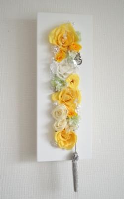 黄色のプリザーブドフラワーのバラを白い長方形のモダンフレームにアレンジした壁掛け