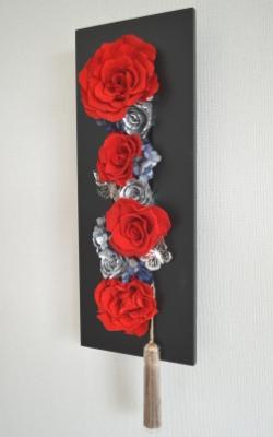 赤色のプリザーブドフラワーのバラを黒い長方形のモダンフレームにアレンジした壁掛け