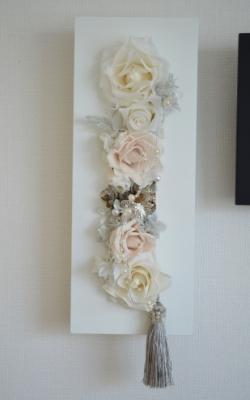 白色のプリザーブドフラワーを白い長方形のモダンフレームにアレンジした壁掛け