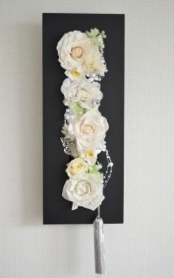 白色のプリザーブドフラワーのバラを黒い長方形のモダンフレームにアレンジした壁掛け