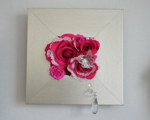 赤色のプリザーブドフラワーのバラに白いレースを組み込んで正方形のモダンフレームにアレンジした壁掛け