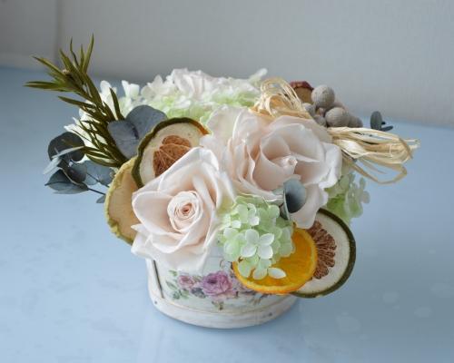 シトラスやローズマリー、ユーカリのポプリと淡いピンクのプリザーブドフラワーのバラをアレンジ