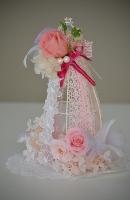 ピンクを基調とした装いのドールアレンジ、横からの写真