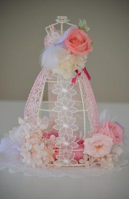 ピンクのウェディングドレスをまとったドールにプリザーブドフラワーの花々をアレンジ