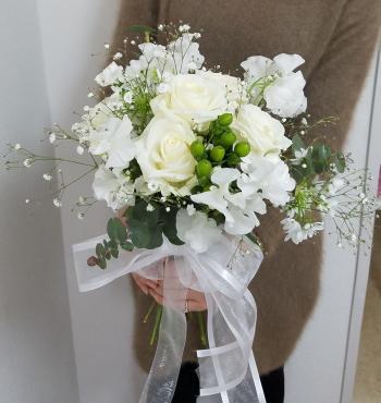 花嫁の花束,作品を手に,その1,Flower Drops コースⅡ,東京,自由が丘,フラワーアレンジメント教室,フラワードロップス