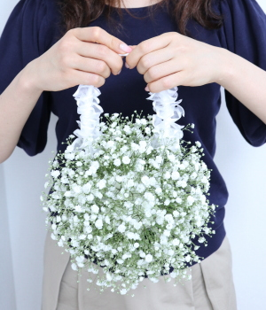 かすみ草のバッグブーケ,作品を手に,ウエディングフラワーコース,東京,自由が丘,フラワーアレンジメント,フラワースクール,フラワー教室,フラワードロップス