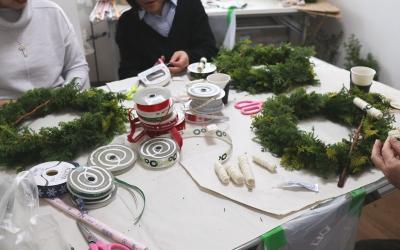 クリスマスリース,制作風景,その1,Flower Drops コース,東京,自由が丘,フラワーアレンジメント,フラワースクール,フラワー教室,NFD公認校,フラワードロップス