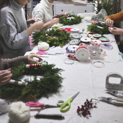 クリスマスリース,制作風景,その2,Flower Drops コース,東京,自由が丘,フラワーアレンジメント,フラワースクール,フラワー教室,NFD公認校,フラワードロップス