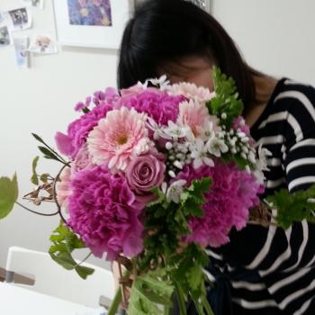 1dayレッスンで生徒さんが製作中の花束