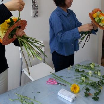 Flower Drops コースⅠの4月のテーマの一つ、アシストを使った花束(フレッシュフラワーアレンジメント)の製作風景-東京・自由が丘のフラワーアレンジメント教室 フラワードロップス