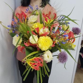 パリスタイルの花束,作品を手に,Flower Drops コースⅡ,東京,自由が丘,フラワーアレンジメント教室,フラワードロップス