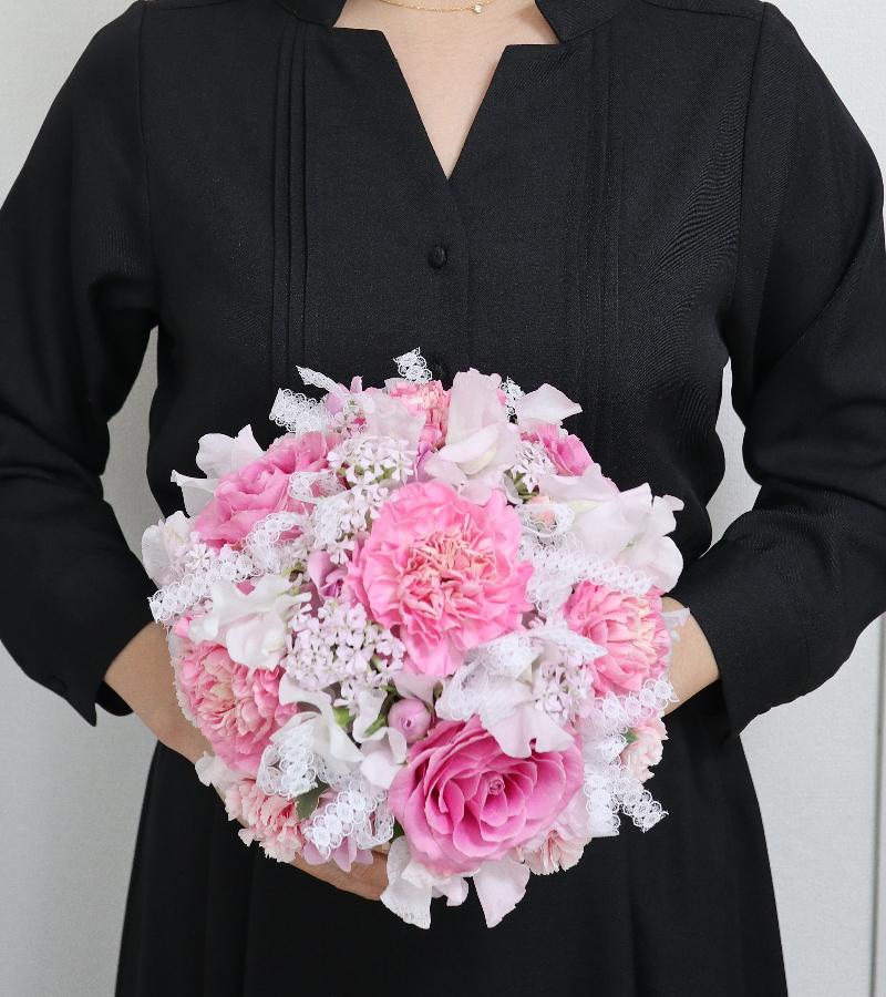 花嫁のブーケ,作品を手に,ウエディングフラワーコース,東京,自由が丘,フラワーアレンジメント,フラワースクール,フラワー教室,フラワードロップス