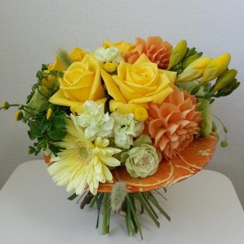 Flower Drops コースⅠの4月のテーマの一つ、アシストを使った花束(フレッシュフラワーアレンジメント)の生徒さんの作品-東京・自由が丘のフラワーアレンジメント教室|フラワードロップス