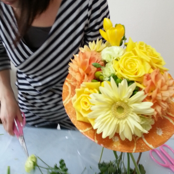 Flower Drops コースⅠの4月のテーマの一つ、アシストを使った花束(フレッシュフラワーアレンジメント)の製作風景-東京・自由が丘のフラワーアレンジメント教室|フラワードロップス