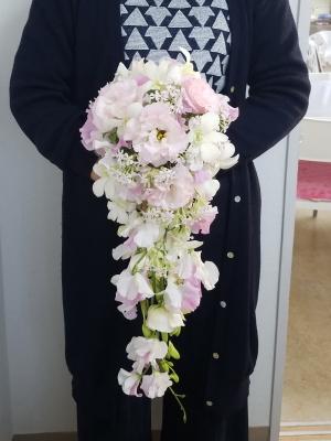 キャスケードブーケ,作品を手に,Flower Drops コースⅡ,東京,自由が丘,フラワーアレンジメント,教室,フラワードロップス