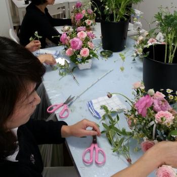バスケットアレンジの製作風景|Flower Drops コースⅠの11月のテーマ|東京・自由が丘のフラワーアレンジメント教室|フラワードロップス