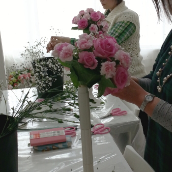 ラウンドブーケ-生徒さんの製作風景その1 Flower Drops コースⅠ 東京・自由が丘のフラワーアレンジメント教室 フラワードロップス
