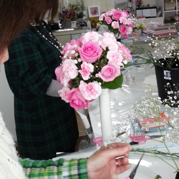 ラウンドブーケ-生徒さんの製作風景その2 Flower Drops コースⅠ 東京・自由が丘のフラワーアレンジメント教室 フラワードロップス