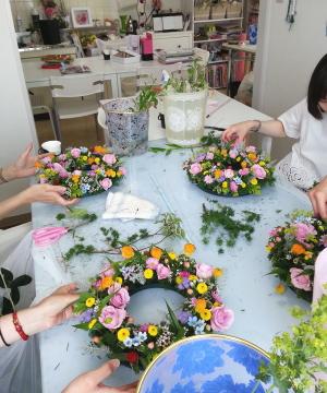 テーブルリースの製作風景 Flower Drops コースⅠ 東京・自由が丘のフラワーアレンジメント教室 フラワードロップス