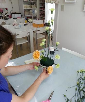 Flower Drops コースⅡのテーマ、ヴァーティカルの製作風景-東京・自由が丘のフラワーアレンジメント教室 フラワードロップス