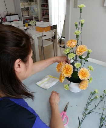 Flower Drops コースⅡのテーマ、ヴァーティカルの製作風景-東京・自由が丘のフラワーアレンジメント教室|フラワードロップス