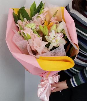 感謝を伝える花束,作品を手に,NFDウエディングフラワーコース,東京,自由が丘,フラワーアレンジメント,教室,フラワードロップス
