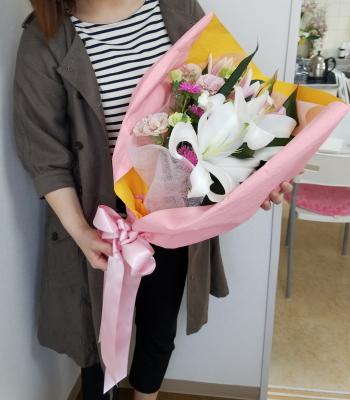 感謝を伝える花束を手に,NFDウエディングフラワーコース,東京,自由が丘,フラワーアレンジメント,教室,フラワードロップス