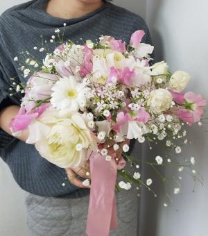 花嫁のためのブーケ,作品を手に,Flower Drops コースⅡ,東京,自由が丘,フラワーアレンジメント,教室,フラワードロップス