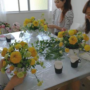 Flower Drops コースⅠの6月のテーマの一つ、ホリゾンタル(テーブルアレン)の製作風景-東京・自由が丘のフラワーアレンジメント教室 フラワードロップス