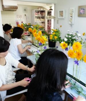 Flower Drops コースⅠの7月のテーマの一つ、パラレルスタイルのレッスン風景-東京・自由が丘のフラワーアレンジメント教室|フラワードロップス