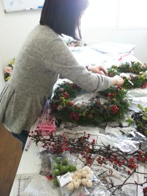 クリスマスリースの製作風景その1-特別レッスン 東京・自由が丘のフラワーアレンジメント教室 フラワードロップス