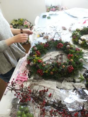 クリスマスリースの製作風景その2-特別レッスン 東京・自由が丘のフラワーアレンジメント教室 フラワードロップス