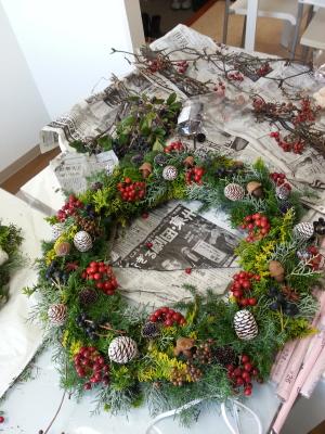 クリスマスリースの製作風景その3-特別レッスン 東京・自由が丘のフラワーアレンジメント教室 フラワードロップス