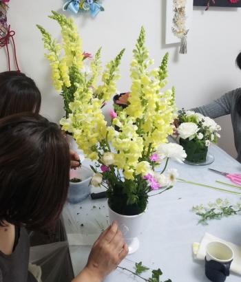 ヴェゲタティフに春を活ける,製作風景,東京,フラワーアレンジメント,教室,フラワードロップス