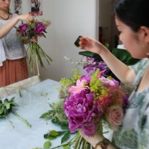 Flower Drops コースⅠの6月のテーマの一つ、パリスタイルの花束の製作風景-東京・自由が丘のフラワーアレンジメント教室 フラワードロップス