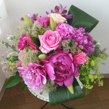 Flower Drops コースⅠの6月のテーマの一つ、パリスタイルの花束の生徒さんの作品-東京・自由が丘のフラワーアレンジメント教室|フラワードロップス