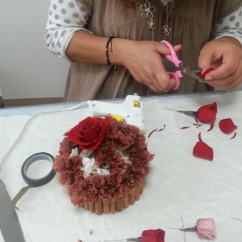 プリザーブドフラワーコース・プリザーブドフラワーのケーキアレンジ-生徒さんの製作風景 東京・自由が丘のフラワーアレンジメント教室 フラワードロップス