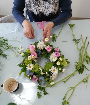 Flower Drops コースⅠの5月のテーマの一つ、テーブルリースの製作風景-東京・自由が丘のフラワーアレンジメント教室|フラワードロップス