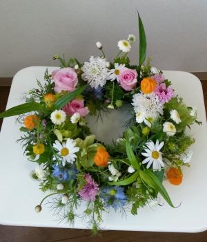 Flower Drops コースⅠの5月のテーマの一つ、テーブルリースの生徒さんの作品-東京・自由が丘のフラワーアレンジメント教室|フラワードロップス