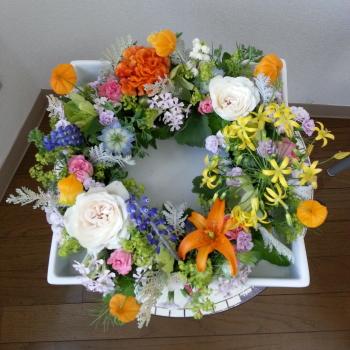 Flower Drops コースⅠの5月のテーマの一つ、テーブルリースの生徒さんの作品-東京・自由が丘のフラワーアレンジメント教室 フラワードロップス