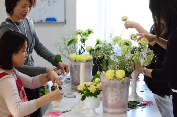 Flower DropsコースⅠの3月のテーマの一つ、花嫁のためのラウンドブーケ(フレッシュフラワーアレンジメント)を製作します
