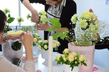 花嫁のためのラウンドブーケ(フレッシュフラワーアレンジメント)の製作、ブーケホルダーにテーピングしたり、所定の位置にお花を挿したり、生徒さん、一生懸命です