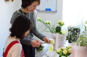 花嫁のためのラウンドブーケ(フレッシュフラワーアレンジメント)の製作、お花の茎の切り方を教わります