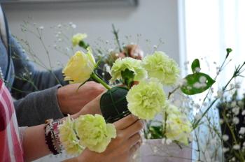 花嫁のためのラウンドブーケ(フレッシュフラワーアレンジメント)の製作、ブーケホルダーの決めておいた位置にお花をていねいに挿していきます