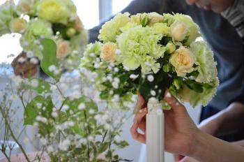 花嫁のためのラウンドブーケ(フレッシュフラワーアレンジメント)の製作、ブーケのまるい形が出来上がってきました