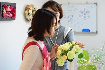 花嫁のためのラウンドブーケ(フレッシュフラワーアレンジメント)の製作、小さなお花の挿し方を教わります
