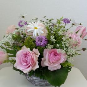 Flower DropsコースⅠの2月のレッスンテーマ-フレッシュフラワーのロマンティックなアレンジ-の生徒さんの作品-作品例3
